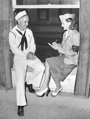 1941-Betty-interviews-Honolulu-sailor (1)
